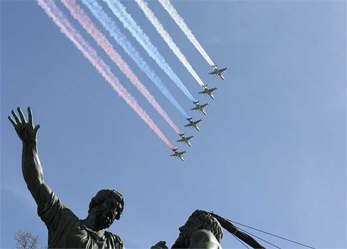 Các máy bay Su-25 vẽ quốc kỳ Nga trên bầu trời