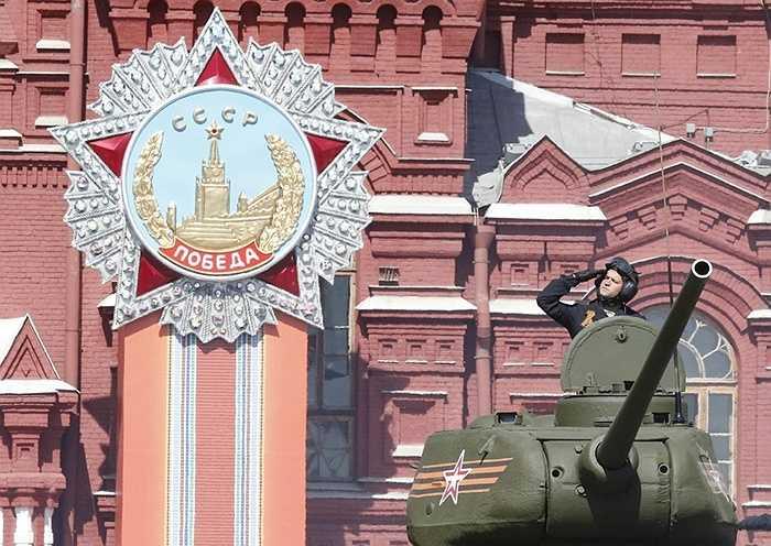 Xe tăng T-34 trên Quảng trường Đỏ