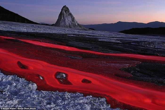 Núi lửa Ol Doinyo Lengai ở Gregory Rift, Lãnh thổ Arusha thuộc Tanzania với dòng nham thạch có chứa khoáng chất natrocarbonatite tạo nên sắc hồng độc đáo. Trước khi đến với niềm đam mê nhiếp ảnh, Rietze từng làm kỹ sư.