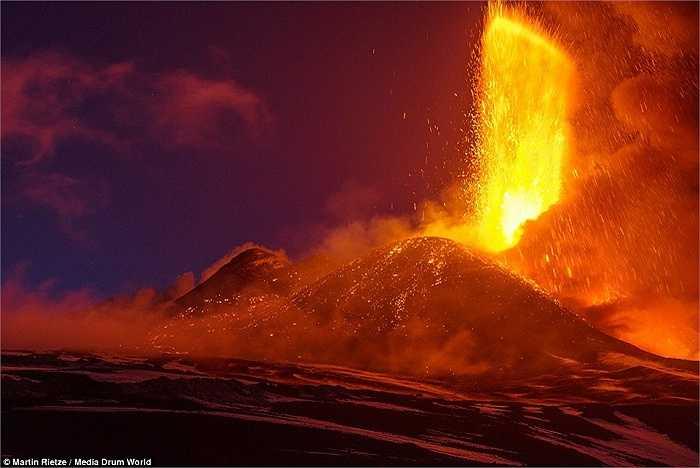 Khu vực núi lửa mặc dù vô cùng nguy hiểm nhưng lại là nơi đem lại cho Rietze nhiều bức ảnh độc đáo nhất, thể hiện chủ đề những vùng đất siêu thực trên Trái Đất. Trong hình là núi lửa lớn nhất Italia, Etna ở đảo Sicily.