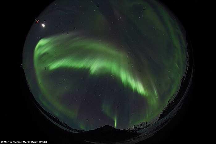 Sắc xanh kỳ ảo được Rietze ghi lại trong bức ảnh chụp cực quang nhìn từ công viên quốc gia Skaftafell ở Scotland.