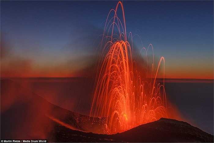 Những ngọn lửa dữ dội từ Núi Etna ở đảo Sicily. Rietze đã du ngoạn khắp thế giới trong suốt 10 năm qua.