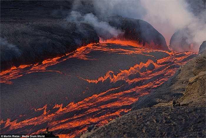Dòng nham thạch đỏ rực, cuộn trào bên dưới Pico do Fogo, Cape Verde. Trong một chuyến đi, Rietze từng bị bỏng nặng do nham thạch.