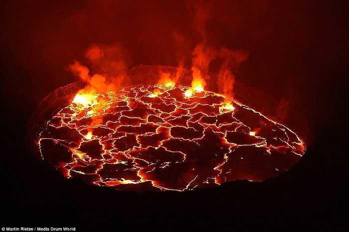 Trên đỉnh hồ nham thạch Nyiragongo. Trong quá khứ, Rietze thậm chí còn bị ngất xỉu vì ngộ độc khí.