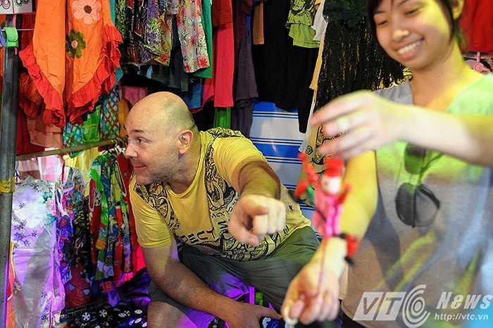 Những món đồ chơi thú vị được David quảng cáo là Made in Viet Nam luôn thu hút được rất nhiều sự quan tâm của du khách.