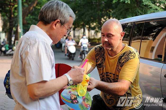 David rao hàng bằng tiếng Việt cùng với nụ cười rất thân thiện, giá bán cũng rất lạ: Có những món đồ chơi bán với giá 50k, mua hai chiếc là 90k, 3 chiếc là 130k.