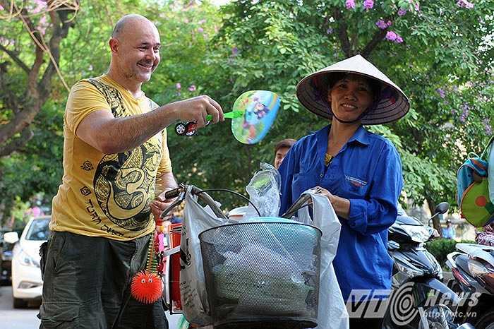 Khi được hỏi, lý do tại sao anh lại quyết định định cư tại đây, David dí dỏm cười và nói: 'Lý do đơn giản là vì con gái Việt Nam xinh.'