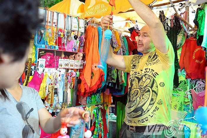 Là người duy nhất bán hàng ở chợ đêm phố cổ, cùng tiếng rao lơ lớ và nụ cười hóm hỉnh, sạp hàng của David lúc nào cũng đầy ắp người tới xem và mua hàng..