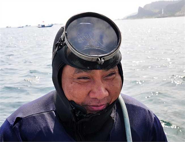 Có thâm niên 15 năm lặn bắt ốc xà cừ ở quanh đảo Lý Sơn, ông Võ Văn Hai (ngụ thôn Tây, xã An Vĩnh) cho biết, tùy theo tình hình sức khỏe và số lượng ốc dưới đáy biển, hàng ngày ông làm việc dưới nước khoảng 8 đến 12 giờ.