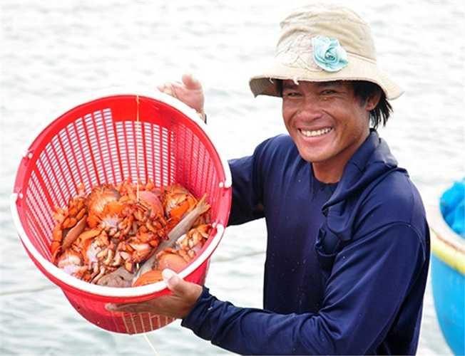 Bên cạnh khai thác ốc xà cừ, một số ngư dân còn đánh bắt thêm cua huỳnh đế, bạch tuộc giá trị kinh tế cao có ngày thu nhập lên đến 3 triệu đồng.