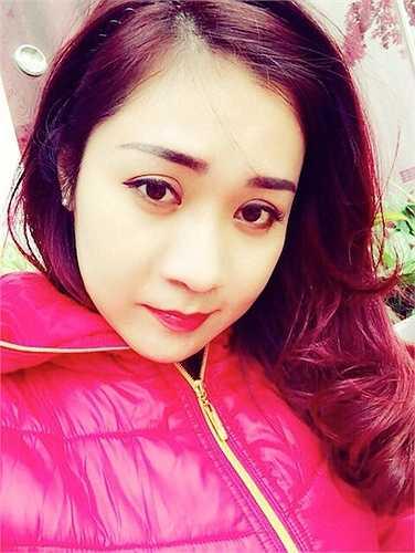 Ở đời thường vợ Tự Long xinh xắn dễ thương với những biểu cảm đáng yêu.