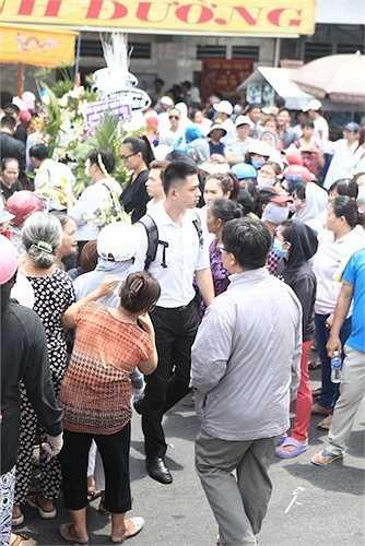Vì vậy, gia đình Duy Nhân và các nghệ sỹ Việt đã phải rất vất vả để đưa linh cữu Duy Nhân ra ngoài.