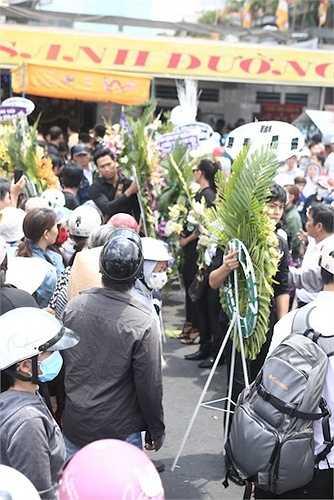 Quang Hoà phụ người nhà Duy Nhân đưa hoa ra xe tang.