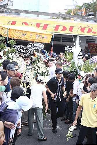 Không khí đông đúc của lễ tang.
