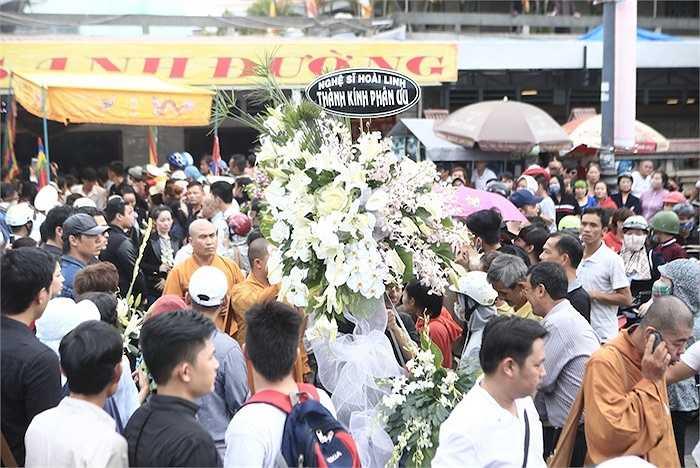 Hoài Linh cũng gửi hoa đến.