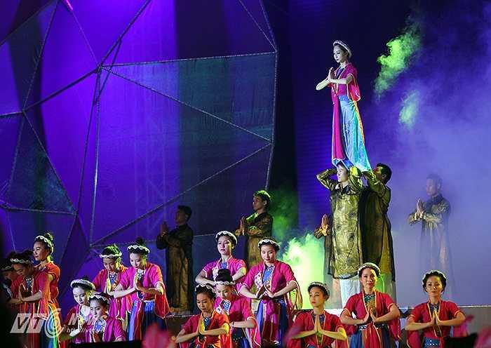 Chủ đề của Carnaval 2015 là 'Hội tụ tinh hoa - Lan tỏa nụ cười'. Qua chương trình này, Quảng Ninh mong muốn mang đến cho du khách những trải nghiệm về những giá trị văn hóa, lịch sử, tinh thần đổi mới, sáng tạo của người dân vùng đất mỏ phía Đông Bắc của Tổ quốc.