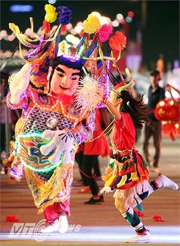 Bên cạnh lễ hội Carnaval Hạ Long còn có những hoạt động hấp dẫn khác như: Lễ hội Hoa đăng Tuần Châu, Giải bóng chuyền nữ Bãi biển quốc tế Tuần Châu; Lễ hội Bia; Đêm nhạc trẻ 'Bùng cháy đam mê'… (Ảnh: Việt Linh)