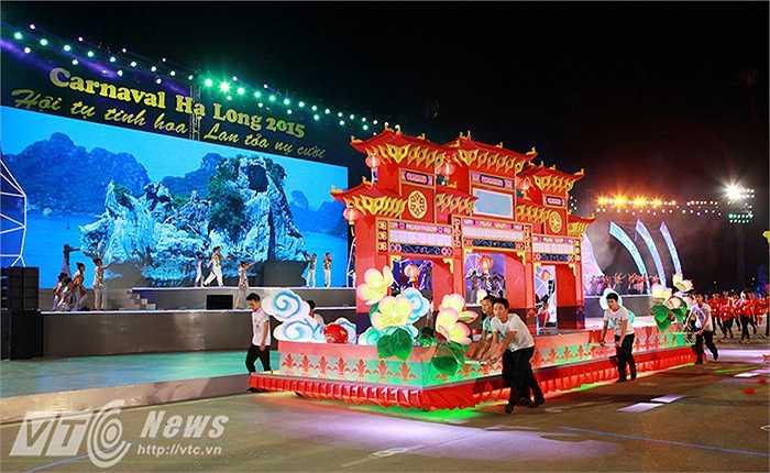 Chương trình diễu hành gồm 11 khối diễn, 10 xe hoa, các mô hình, sàn diễn di động được trang trí ấn tượng theo các chủ đề: 'Đến với Carnaval Hạ Long', 'Phố hoa', 'Về với Hạ Long', 'Phố biển', 'Những viên ngọc đen, 'Nắng vàng và biển xanh', 'Nụ cười Hạ Long'…
