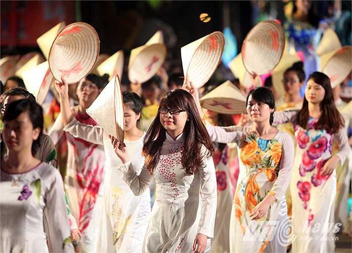 Những màn đồng diễn của gần 3.000 diễn viên chuyên và không chuyên đại diện cho các ngành, địa phương, các dân tộc trong tỉnh, cùng sự phối diễn của các nghệ sỹ đến từ các đoàn nghệ thuật nước ngoài.