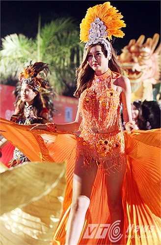 Những màn trình diễn nóng bỏng của các vũ nữ trong trang phục kiểu Mỹ - La Tinh thu hút rất nhiều ánh mắt dõi theo của khán giả.