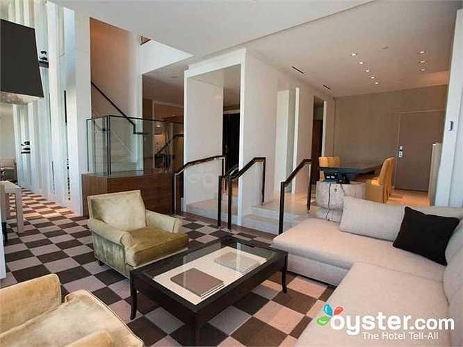 3.Skylofts: Là khách sạn có không gian phòng rộng rãi, giá 1 đêm lên đến 1000 USD. Khách sạn này nằm trong tổ hợp MGM Grand. Tuy nhiên, đây là nơi có lối vào riêng cho khách, đưa đón ra sân bay bằng xe Rolls-Royce Ghost limousine;