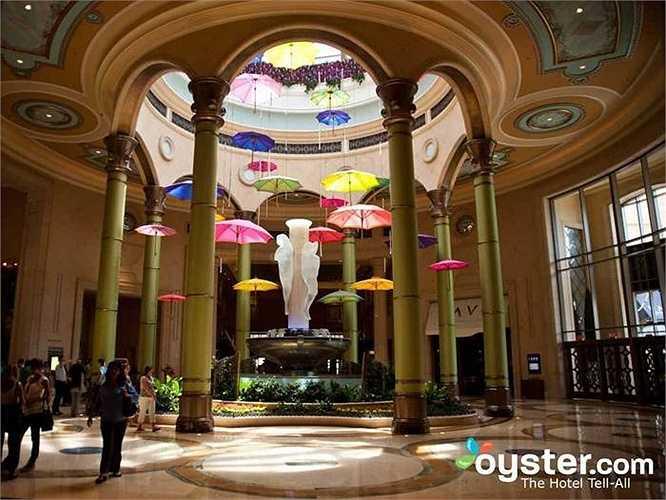 4.Palazzo là khách sạn mở rộng của khách sạn Venetian. Nhà hàng do các đầu bếp có tiếng chỉ đạo. Trong mỗi phòng có 1 phòng ngủ và 1 phòng khách rộng, khách có thể mua sắm ở trung tâm mua sắm riêng và spa Canyon Cranch nổi tiếng