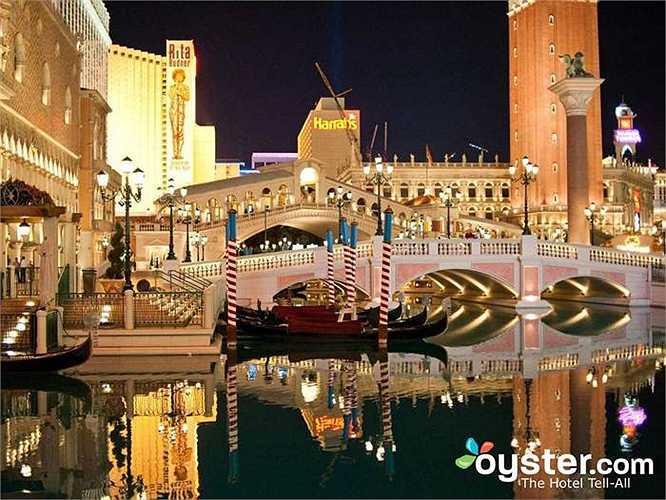 8.Venetian Resort Hotel Casino: Khách sạn này ở 2 tòa tháp. Bên trong có bể bơi nằm ở tầng 10 mở cửa đến 10:30 tối, có cửa hàng bánh ngọt kiểu Pháp nổi tiếng,