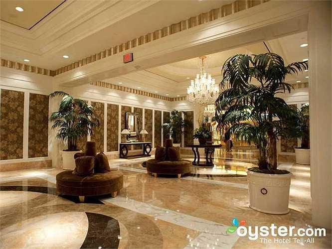 9.Trump International Hotel & Tower Las Vegas: Có bồn tắm thủy lực và xông hơi. Khách sạn đuợc xây dựng năm 2008 nên mọi thứ vẫn còn mới. Bên trong có hơn 1000 phòng, bể bơi phục vụ theo mùa