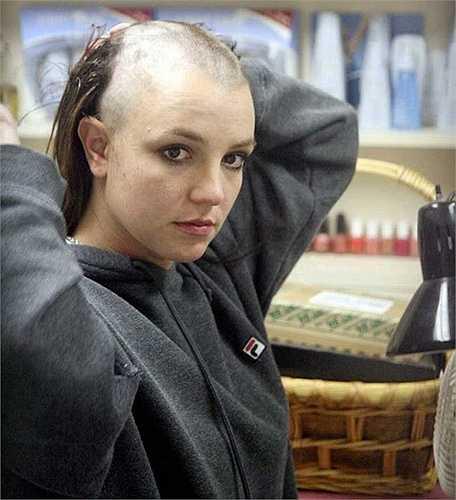 Năm 2007, khi Britney Spears bắt đầu theo đuổi hình tượng mới bằng cách cạo trọc nửa đầu, có người đã thu thập lại những sợi tóc của cô và rao bán với giá 1 triệu USD (hơn 21 nghìn tỷ đồng). Ebay sau đó đã tiến hành đóng cửa tài khoản rao bán vì vi phạm các chính sách của mạng mua bán này.