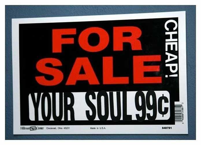 Adam Burtle, một sinh viên 20 tuổi đã rao bán linh hồn của mình trên Ebay với giá 400 USD (8 triệu đồng). Tuy nhiên đến giờ Ebay vẫn chưa muốn thực hiện giao dịch này vì họ nghĩ linh hồn của Burtle còn đáng giá hơn thế.