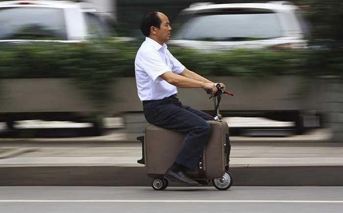 Ông Liang đã tạo ra một chiếc xe điện chỉ từ một chiếc vali của mình. Nó có thể đi được với tốc độ tối đa lên tới 19,3 km/h và mỗi lần sạc có thể đi được từ 48 - 64 km.
