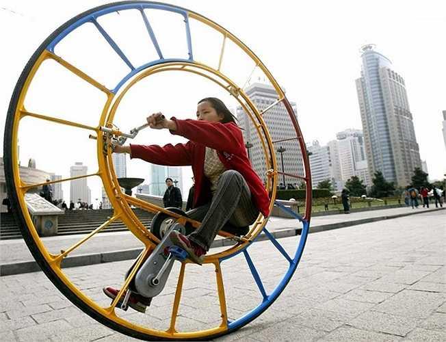 Chiếc xe đạp một bánh với kích thước bánh xe khổng lồ được phát minh bởi Li Yongli vầ phải mất một vài năm chiếc xe mới có thể hoàn thiện.