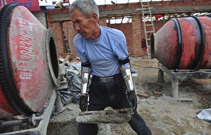 Sun Jifa đã làm ra hai cánh tay tự chế để có thể làm việc như bình thường sau khi bị mất đi cả hai cánh tay trong một tai nạn đánh cá bằng mìn nổ 32 năm về trước.