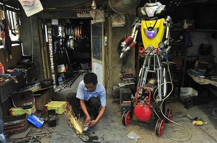 Một thợ máy 49 tuổi khá thành công với một chú rô bốt được làm bằng các vật liệu lấy ra từ xe máy và xe đạp điện ở TP. Thẩm Dương, tỉnh Liêu Ninh.