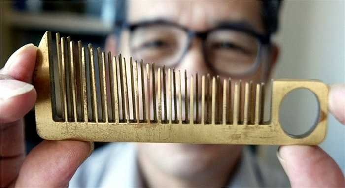 Han Yuri đã sáng chế ra một chiếc lược chải tóc kiêm nhạc cụ cầm tay tại Quảng Châu, tỉnh Quảng Đông.