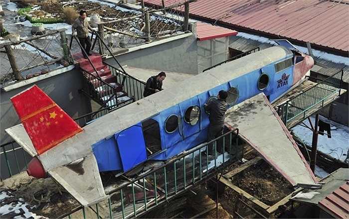 Li Jingchun (đứng ở trên đỉnh cầu thang) đã chế tạo ra được một chiếc máy bay tại TP. Thẩm Dương, tỉnh Liêu Ninh.