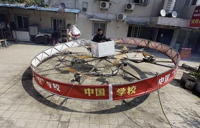 Shu Mansheng đang thử nghiệm mô hình thiết bị bay tự chế có thể bay lên theo phương thẳng đứng ở ngoại ô TP. Vũ Hán, tỉnh Hồ Bắc.