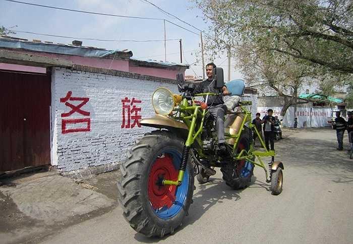 Ông Abulajon đã làm ra chiếc xe máy cao hơn 2,3 mét, nặng 272 kg và có giá trị lên tới 1.300 USD (28,2 triệu đồng). Chiếc xe này có thể chạy được với tốc độ khoảng 40 km/h.