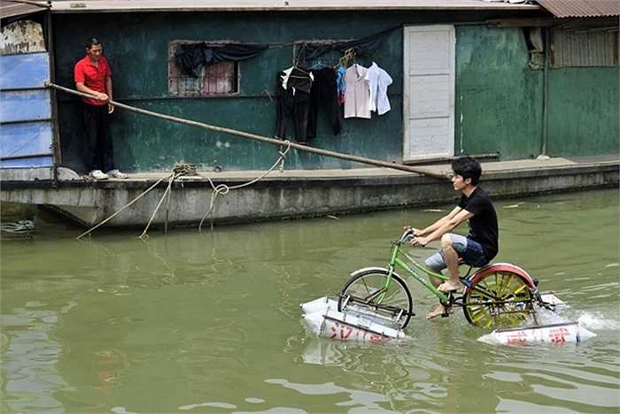 Lei Zhiqian lái một chiếc xe đạp có thể đi trên nước ngang qua con sông Hàn Giang, một nhánh của sông Dương Tử nằm ở TP. Vũ Hán, tỉnh Hồ Bắc.