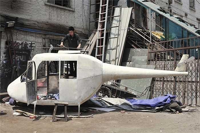 Gao Hanjie với chiếc trực thăng tự chế của ông tại TP. Thẩm Dương, tỉnh Liêu Ninh.