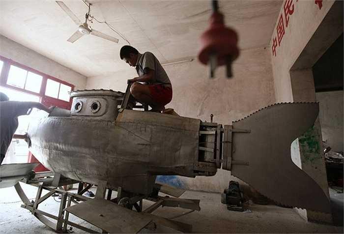 Zhang Wuyi, một người nông dân quan tâm đến phát minh khoa học đã thành công với chiếc tàu ngầm tự chế của mình.
