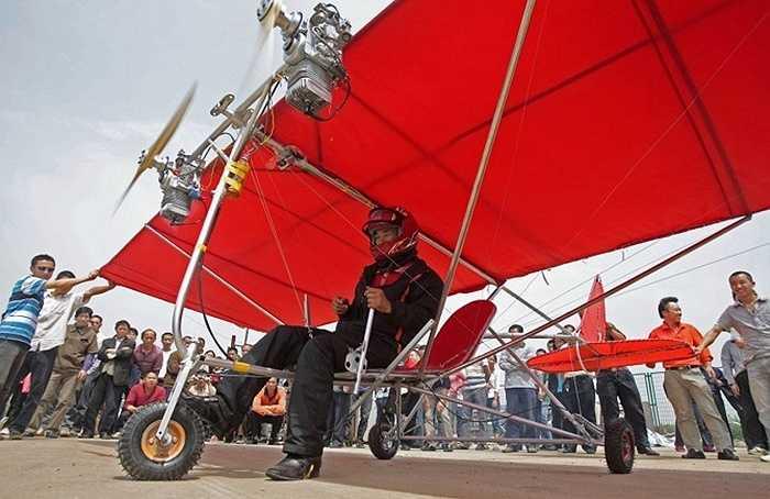 Shu Mansheng đang chuẩn bị cất cánh thử nghiệm chiếc máy bay tự chế của mình ở TP. Vũ Hán, tỉnh Hồ Bắc.