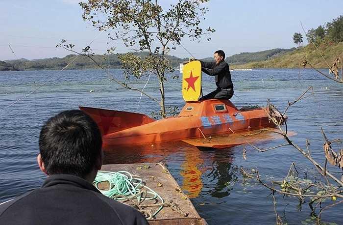 Người nông dân này đã dành tới 5 tháng để chế tạo ra một chiếc tàu ngầm có thể lặn được ở độ sâu lên tới 9 mét. Nơi ông thử nghiệm là một hồ nước gần nhà tại TP. Đan Giang Khẩu, tỉnh Hồ Bắc.
