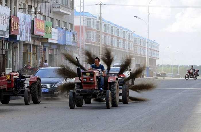 Một người dân cũng đã phát minh ra máy quét đường phố với 12 cây chổi liên tục quét đường bằng một chiếc máy kéo ở phía trước.