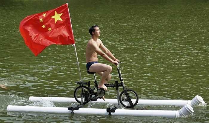 Ông Liu Wanyong đã chế tạo ra một chiếc xe đạp được nối với một hệ thống ống nhựa để có thể nổi trên mặt nước, sau đó sử dụng lực đạp để di chuyển.
