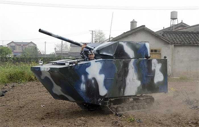 Người nông dân kiêm cựu quân nhân Hải Quân Trung Quốc này đã dành tới 6.450 USD (140,2 triệu đồng) để làm ra một chiếc xe tăng tự chế.