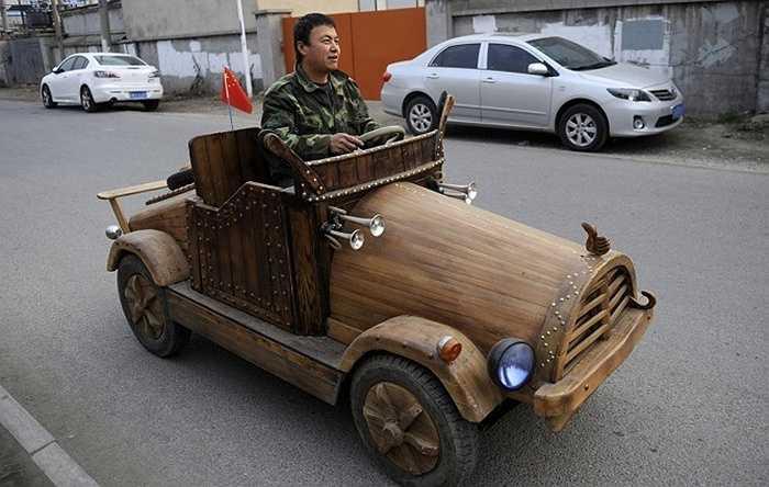 Liu Fulong đã chế tạo ra được một chiếc xe điện có vỏ ngoài bằng gỗ và chạy được tốc độ tối đa lên tới 32 km/h.