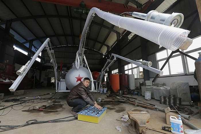 Zhang Wuyi với chiếc tàu ngầm mới được chế tạo nhằm đánh bắt hải sâm tại TP. Vũ Hán, tỉnh Hồ Bắc.