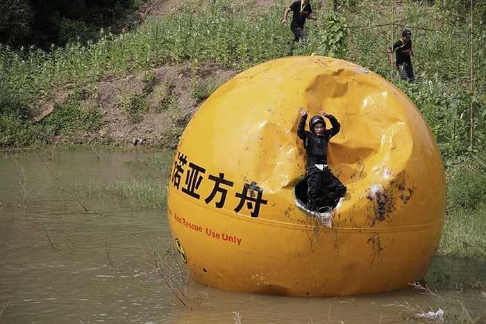 Yang Zongfu đã chế tạo ra hộp bảo vệ hình cầu nặng gần 6 tấn có tên là Noah's Ark of China. Con người khi ở trong quả cầu này sẽ được bảo vệ khỏi tác động từ bên ngoài như nhiệt độ, nước...