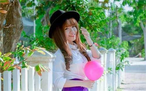 Không chỉ gương mặt có nhiều nét giống Khởi My, Ellie Min còn để kiểu tóc giống với nữ ca sĩ xinh đẹp này.